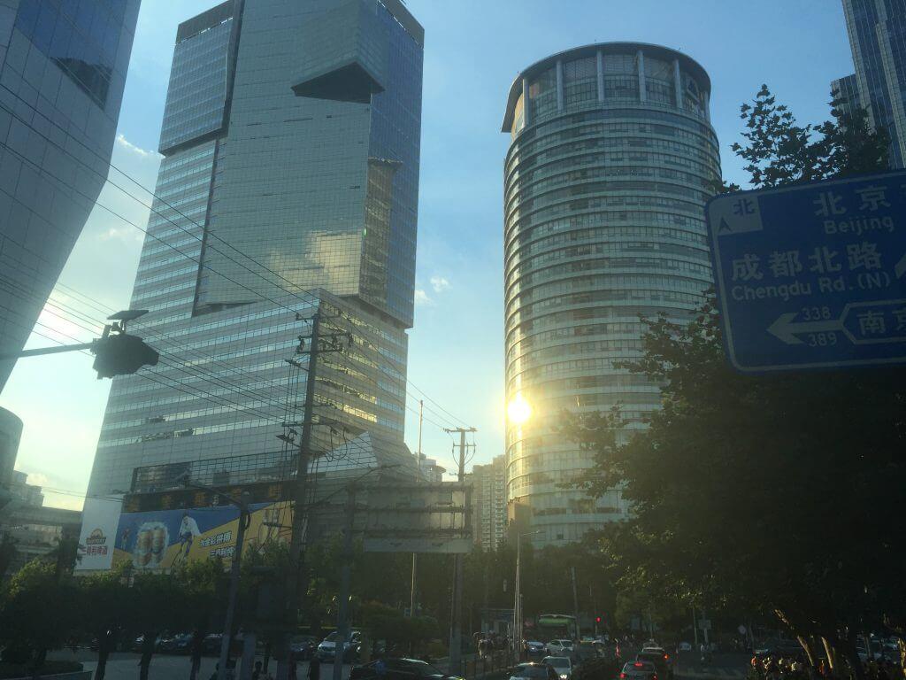 Glasfassaden spiegeln die untergehende Sonne