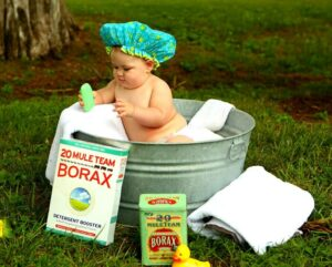 Baby im Waschzuber mit Seife